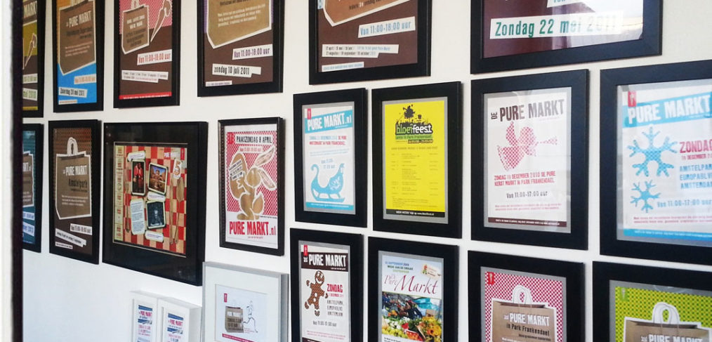 De ontwerpen van de Pure Markt flyers door de jaren heen